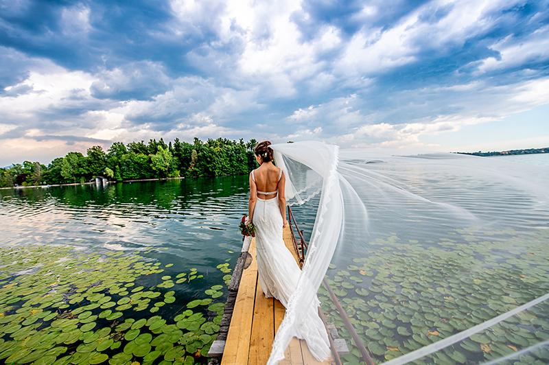 Sposa velo lungo lago
