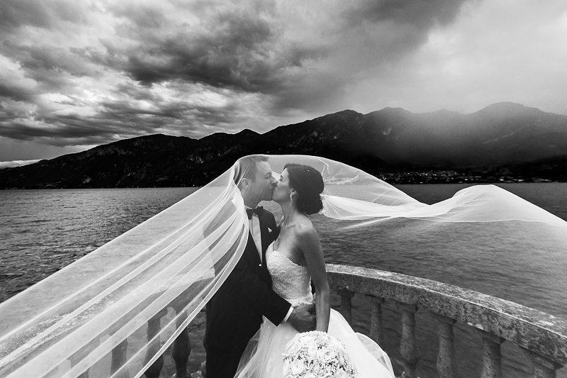 Sposi bacio sul lago