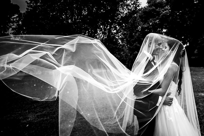 Sposi foto sotto al velo