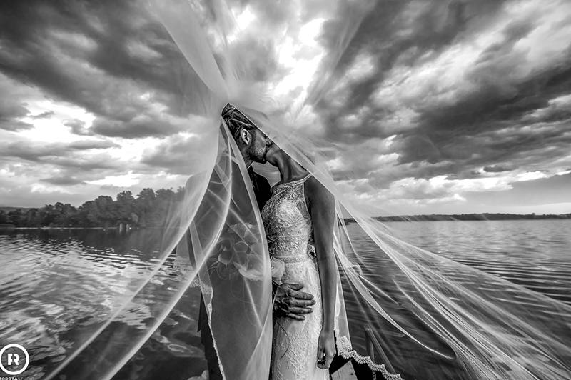 sposi bacio sotto il velo