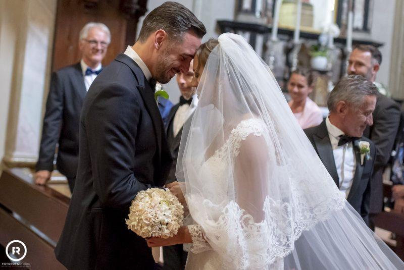 Sposi felici in chiesa