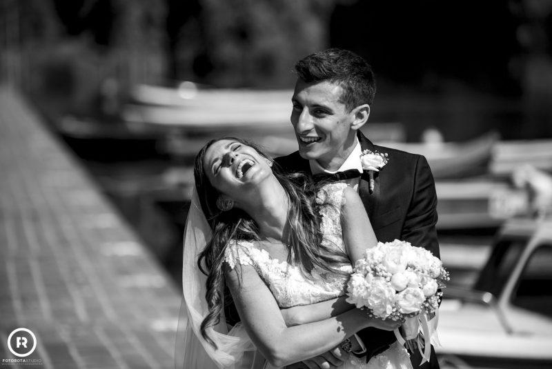 Sposi sorridenti bianco nero