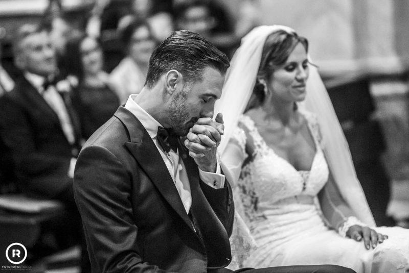Sposo bacia mano sposa