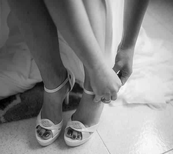 Sposa allaccia scarpe