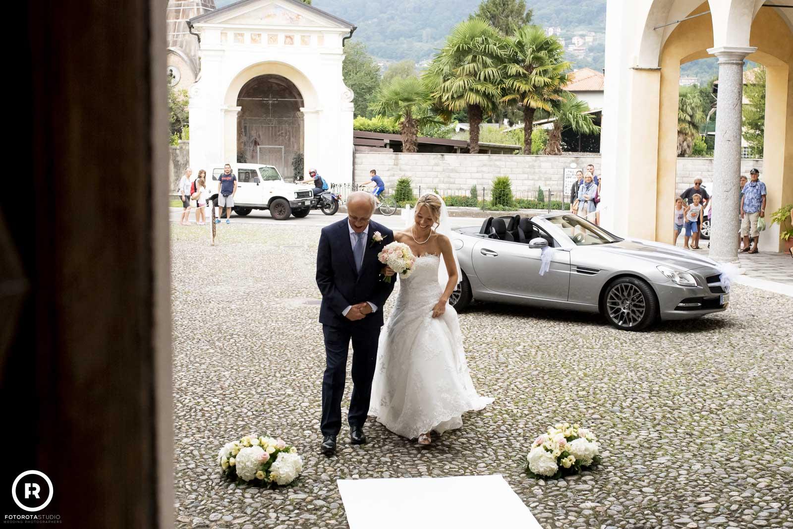 padre e sposa in Chiesa
