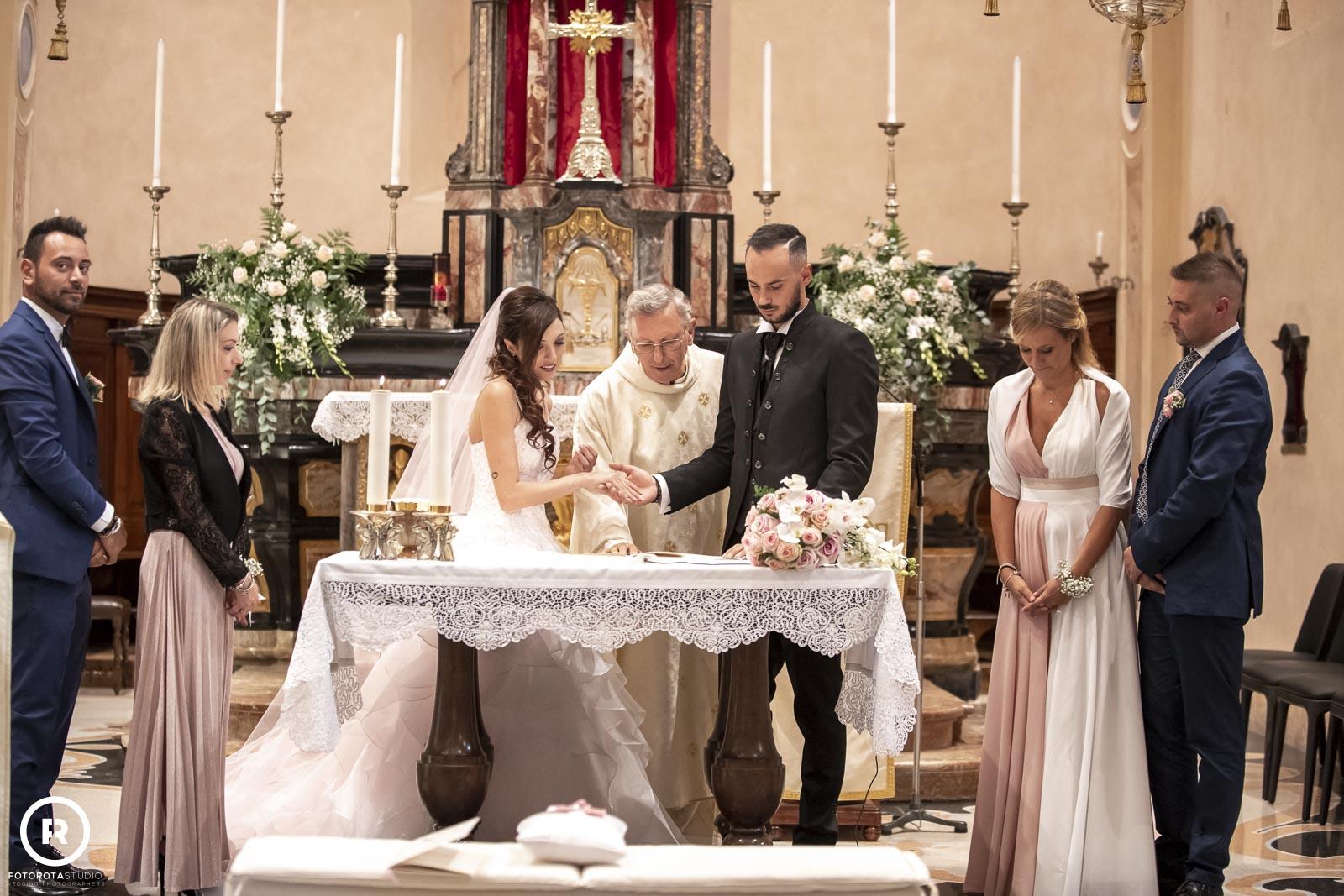 Sposa e sposo all'altare. Scambio delle promesse