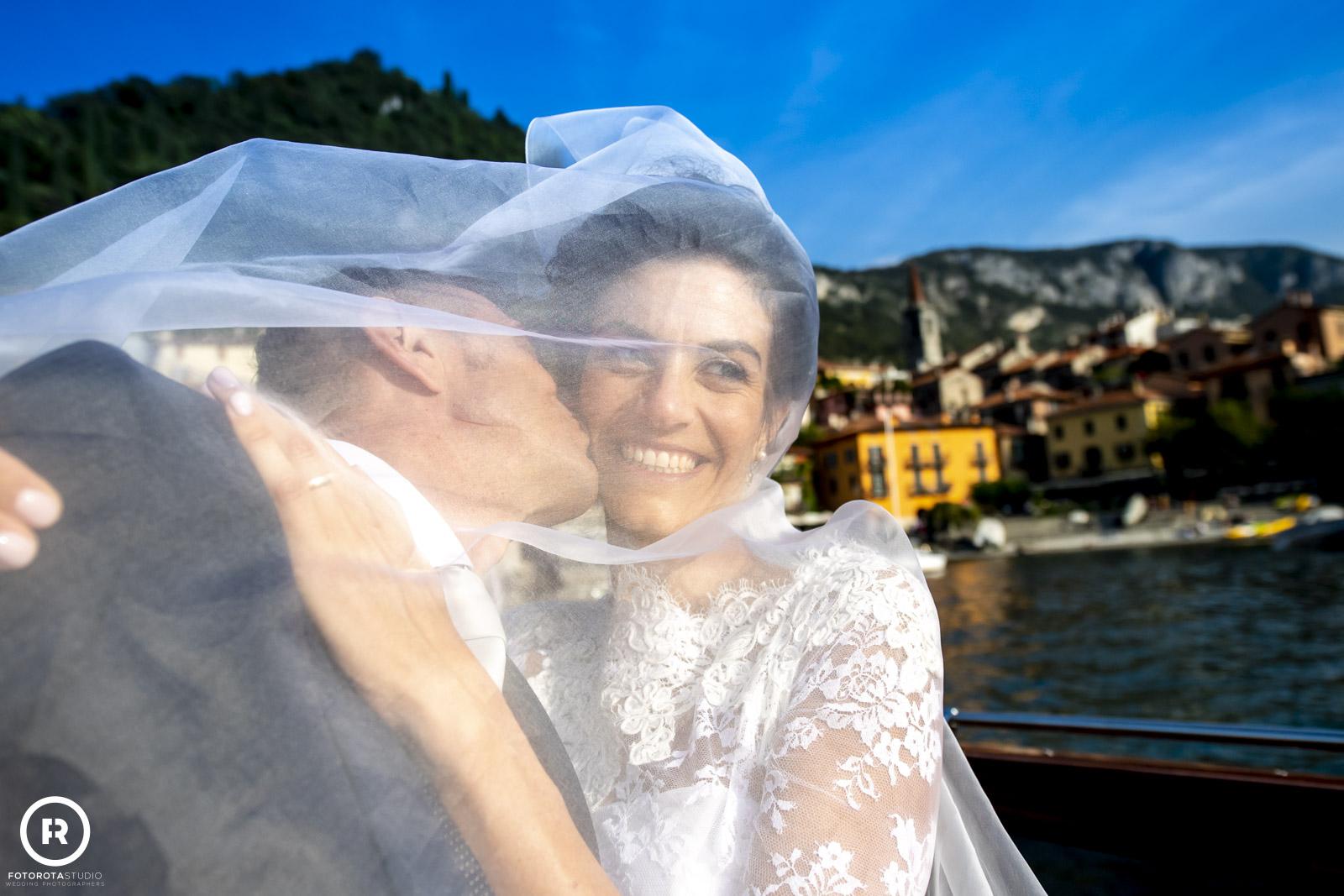 Foto in barca per sposa e sposo