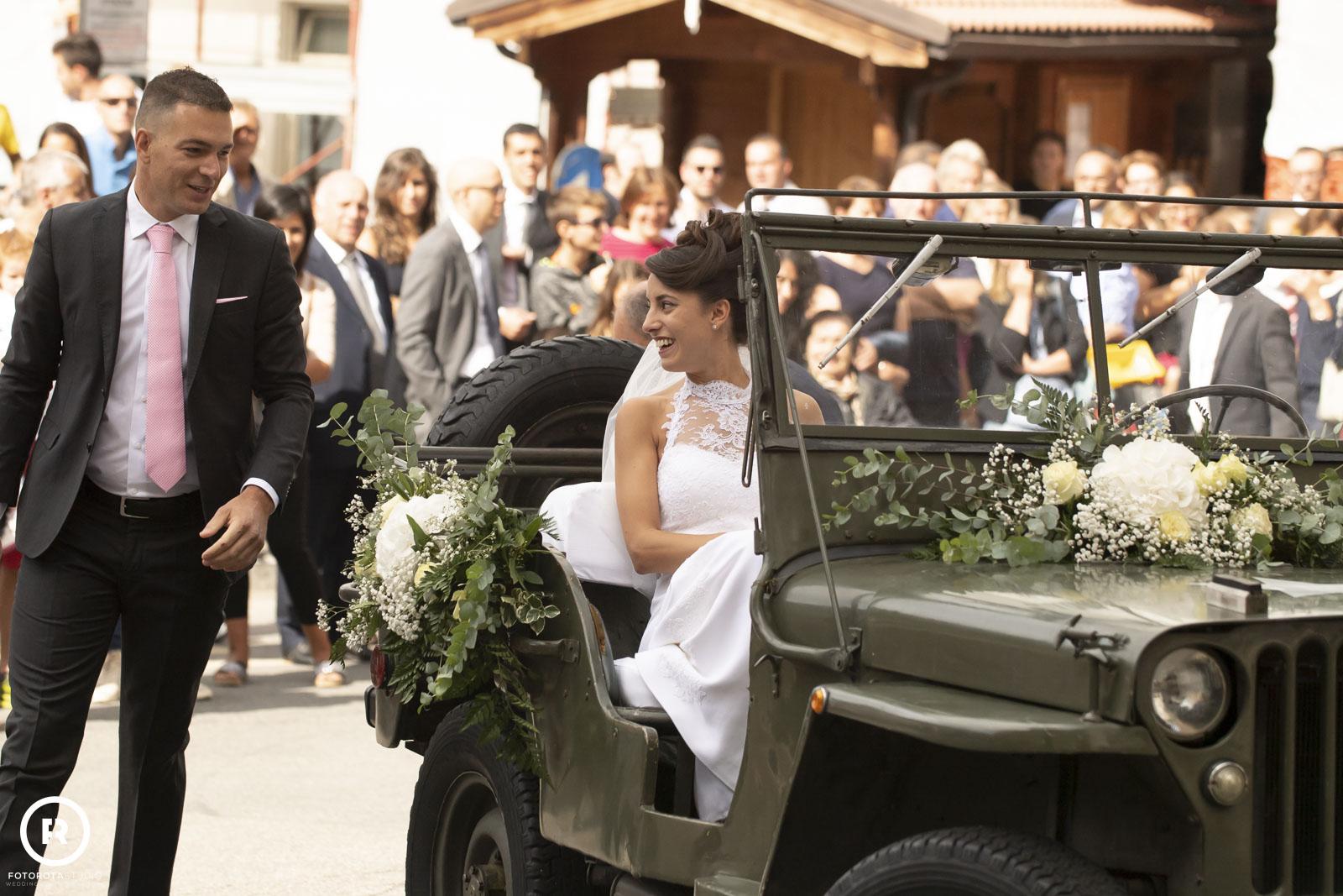 Sposa in macchina verso l'altare