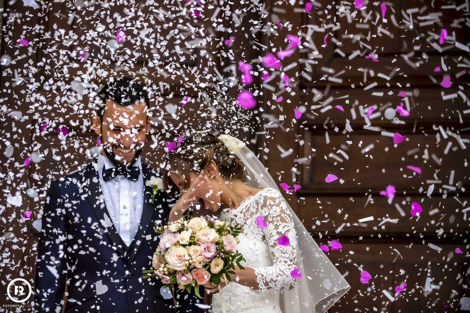 Foto sposa e sposo fuori dalla chiesa